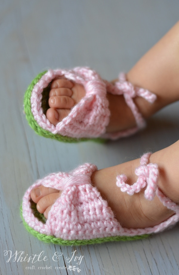 Free Crochet Pattern - Bitty Bow Baby Sandals. Adorable spring and summertime booties for baby!