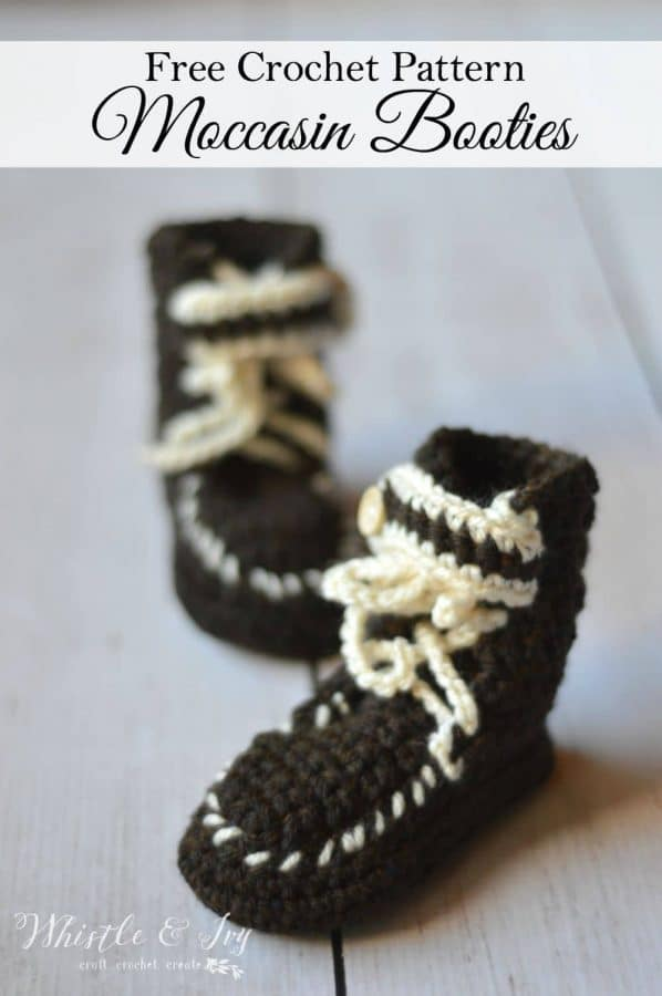 Free crochet pattern - keep your little one feet warm with winter with these adorable moccasin booties | free crochet pattern by Whistle and Ivy