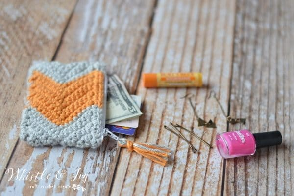 Free Crochet Pattern - Make this adorable chevron zipper pouch, quick and so fun to make! Perfect for packing all your favorite essential items.