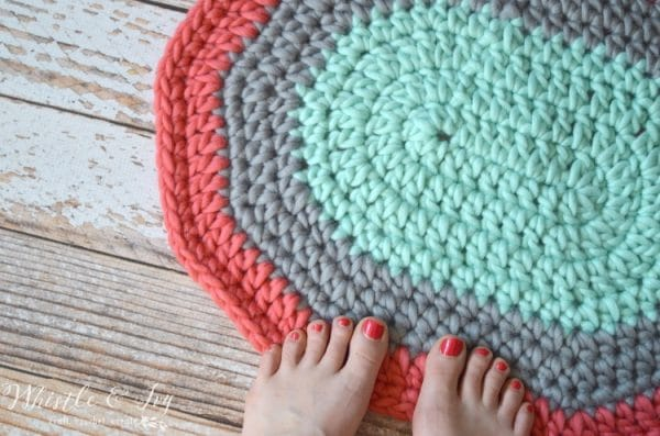 Free Crochet Pattern: Super Chunky Wool Rug | Make this pretty and squishy wool rug in just a few minutes with chunky yarn and a large hook.