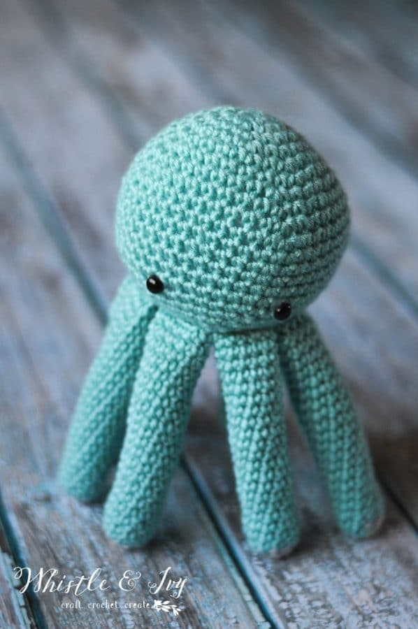 FREE Crochet Pattern: Make this adorable amigurumi baby octopus for your little one! He's the perfect little toy for anyone who loves plushy sea creatures.