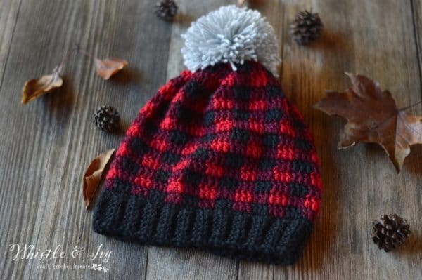 FREE Crochet Pattern: Crochet Plaid Slouchy Hat || Crochet this comfy slouchy in a classic and popular buffalo plaid color pattern.