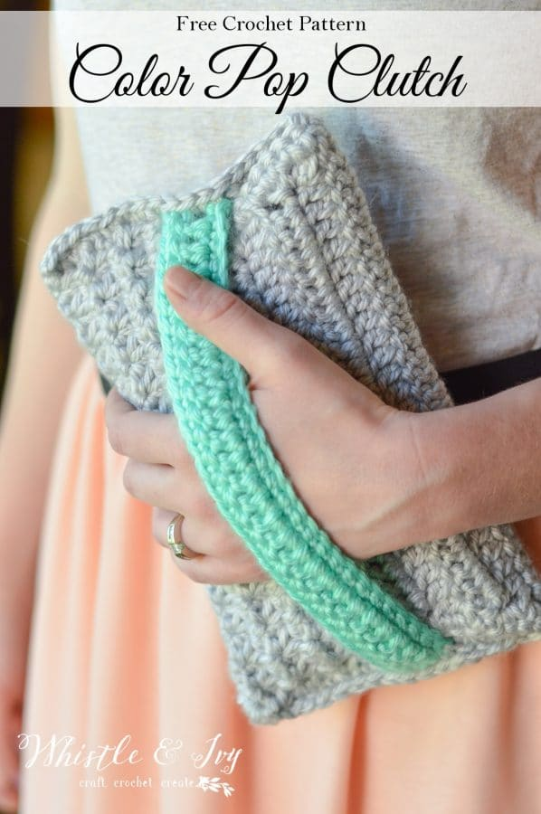 FREE Crochet Pattern: Color Pop Clutch | This pretty clutch is worked with bulky yarn and has a lovely texture. It's your new favorite clutch!