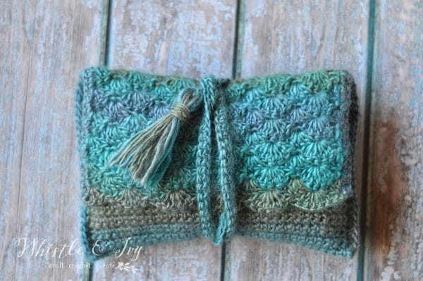 FREE Crochet Pattern: Tide Pool Wrap Clutch | This gorgeous clutch is easy to make. The shells give it a beach-y feel, and it's perfect for any event.