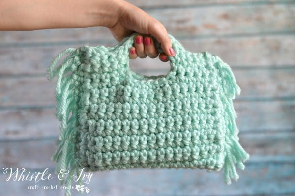 FREE Crochet Pattern: Crochet Fringe Clutch | This simple and quick project is perfect for a night out and features pretty and on-trend fringe!