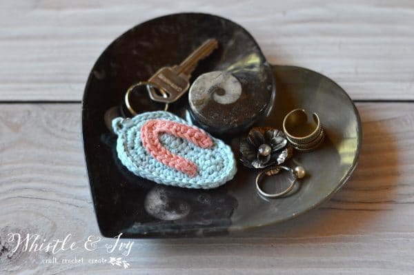 FREE Crochet Pattern: Crochet Flip Flop Key Chain | The cutest embellishment for your key ring! Also perfect for your summer craft booth.