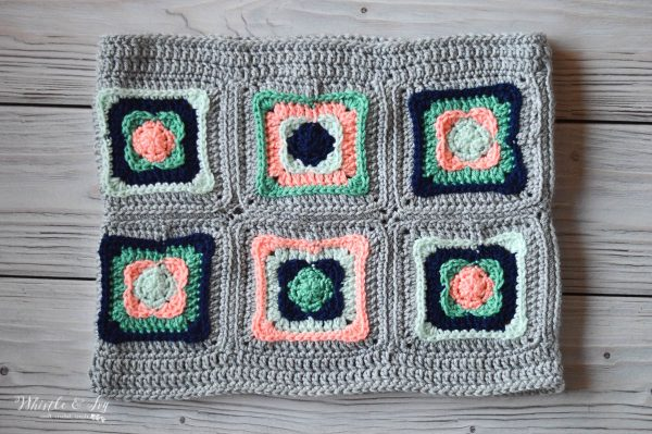 FREE Crochet Pattern: Granny Square Cowl | Classic turns modern with this fabulous cowl make up of pretty granny squares!