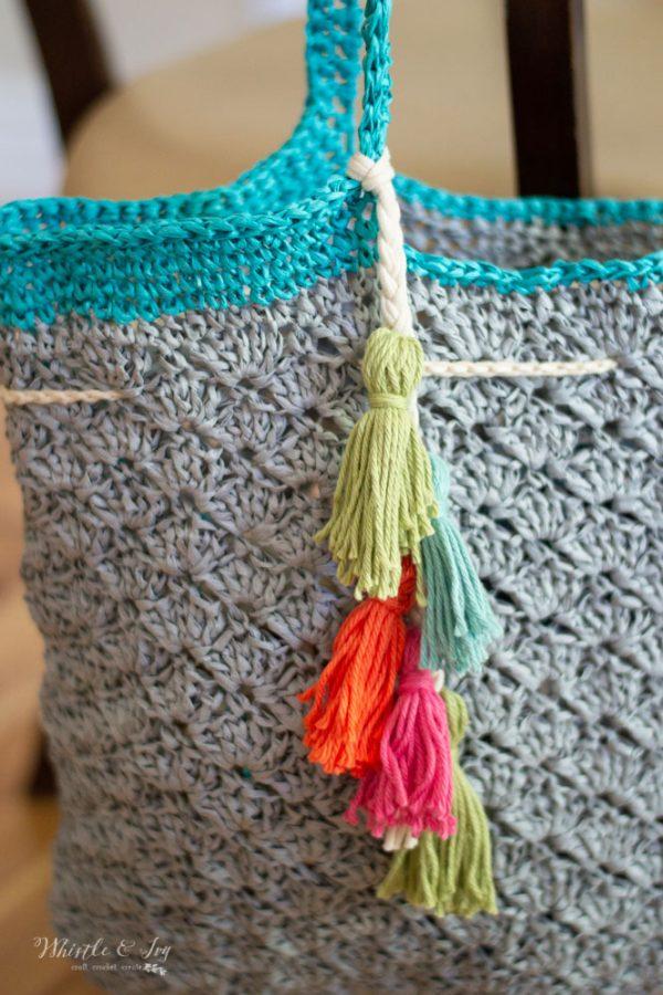 yarn tassels on crochet raffia summer beach bag free crochet pattern