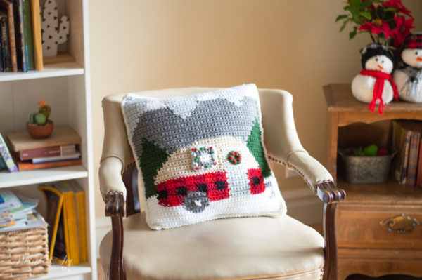 crochet plaid camper pillow free crochet pattern Christmas decor